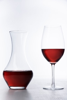 デカンタとワインのクローズアップのガラス