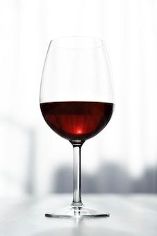 赤ワインのクローズアップのおいしいガラス