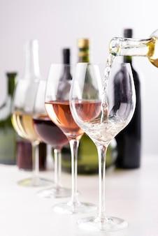 グラスのクローズアップに注ぐワイン