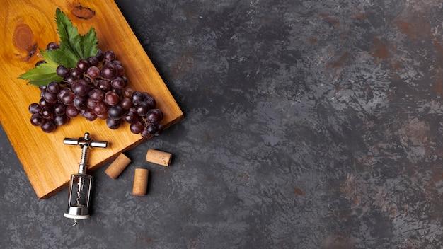 Плоские лежал виноград на деревянной доске с копией пространства