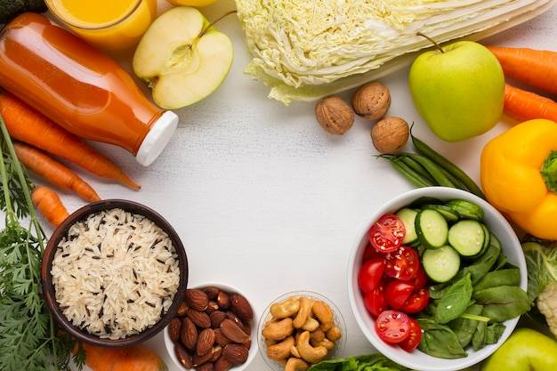 Продовольственные товары и сок с копией пространства