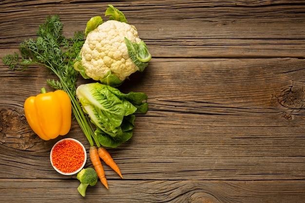 コピースペースの木製テーブルの上の野菜