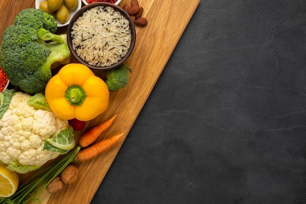 まな板の上の食料品のフラットレイアウト
