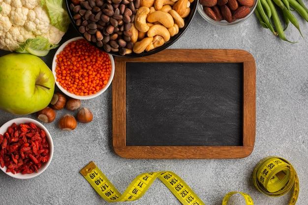 食料品と黒板の敷物