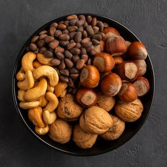 Выложить миску с орехами
