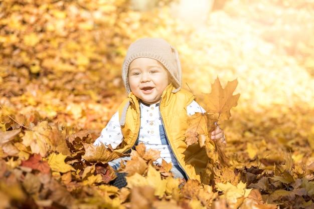 屋外の帽子と正面スマイリー赤ちゃん