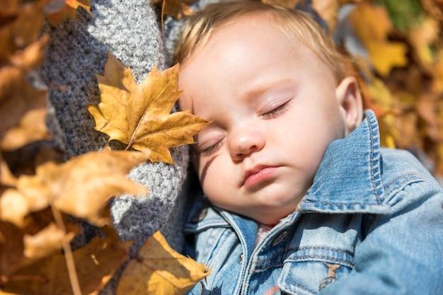 屋外で寝ているクローズアップかわいい赤ちゃん