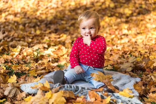 毛布屋外でフルショットの女の赤ちゃん