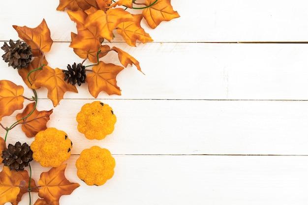 葉と松ぼっくりのトップビューの配置