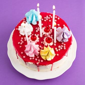 艶をかけられた誕生日ケーキのトップビュー