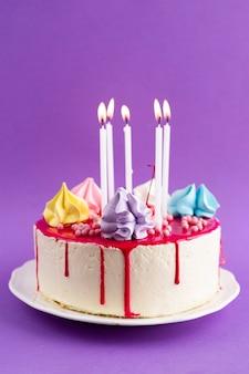 紫色の背景で誕生日ケーキ