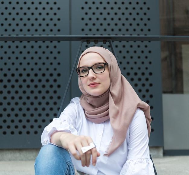 ヒジャーブを着ている女性の正面図