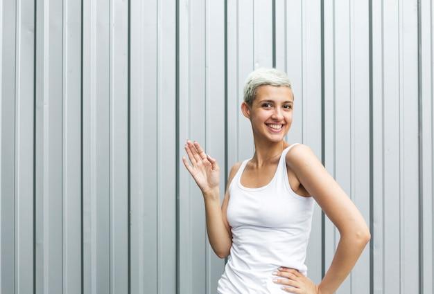 短い髪の女性の正面図