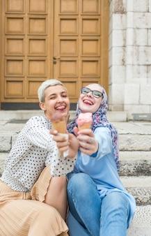 アイスクリームを食べている友人の正面図