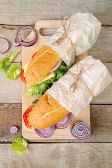 まな板の上のトップビューサンドイッチ