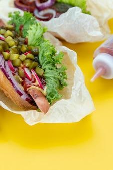 背景が黄色のクローズアップサンドイッチ