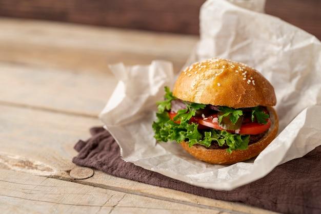 木製の背景を持つクローズアップのハンバーガー
