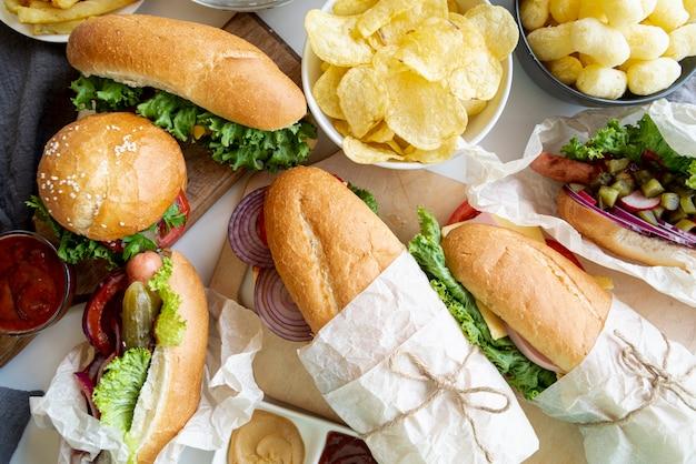 Вид сверху бутерброды и гамбургер