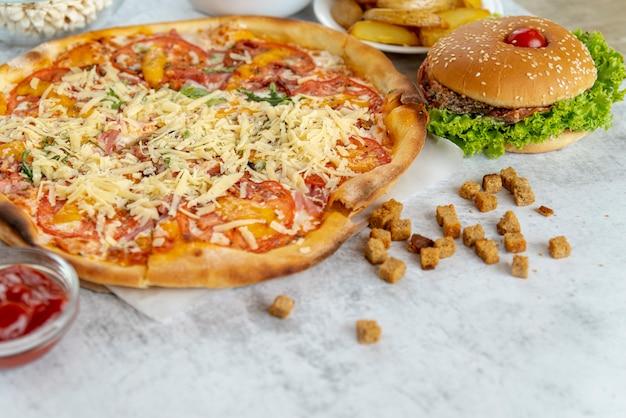 ハンバーガーとクローズアップピザ