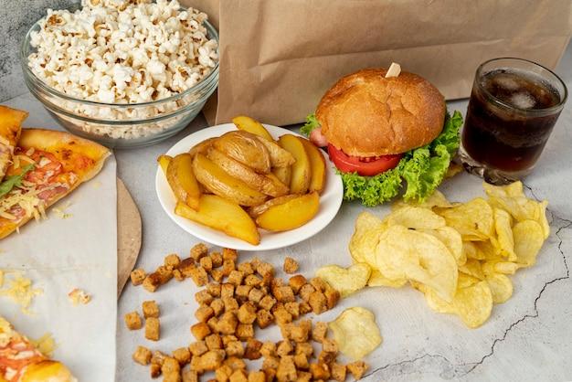 Высокий вид быстрого питания на столе