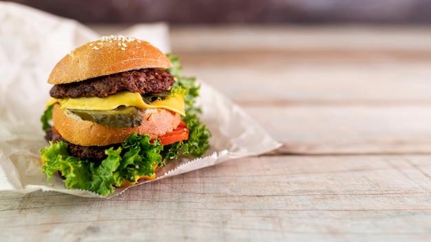 木製の背景を持つ正面ハンバーガー