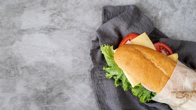 Вид сверху бутерброд с копией пространства