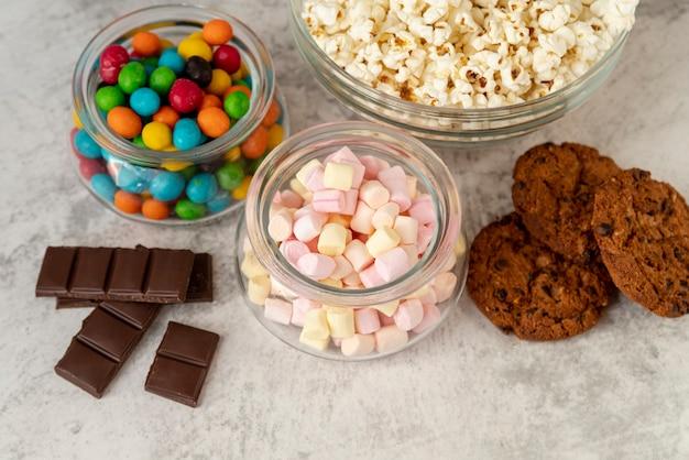 テーブルの上のクローズアップお菓子の並べ替え