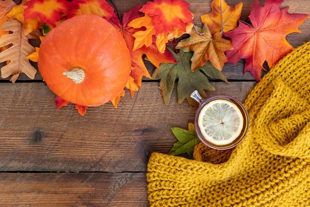 木製テーブルの上の秋のシーズンアレンジ