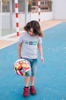 ボールで遊ぶ少年の正面図