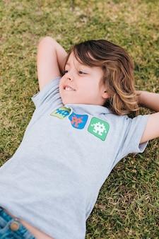 草の上に横たわる子供の正面図