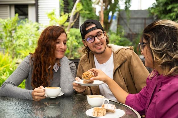 コーヒーを飲む友人のミディアムショット