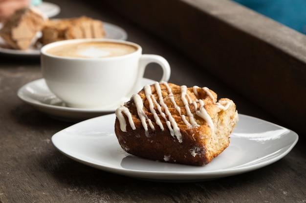 コーヒーとデザートのクローズアップ