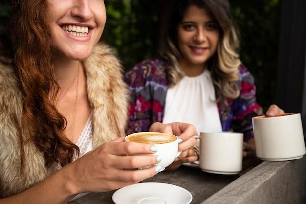 コーヒーショップで一緒に女性
