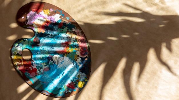 Вид сверху палитра с краской и тенью
