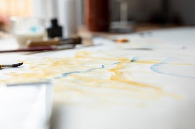 屋内での水彩画の眺め