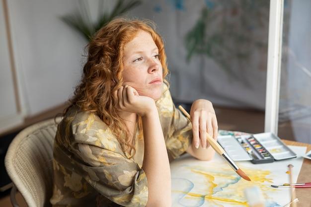 ブラシ思考と高角度の女性