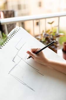 鉛筆で描くクローズアップ女性