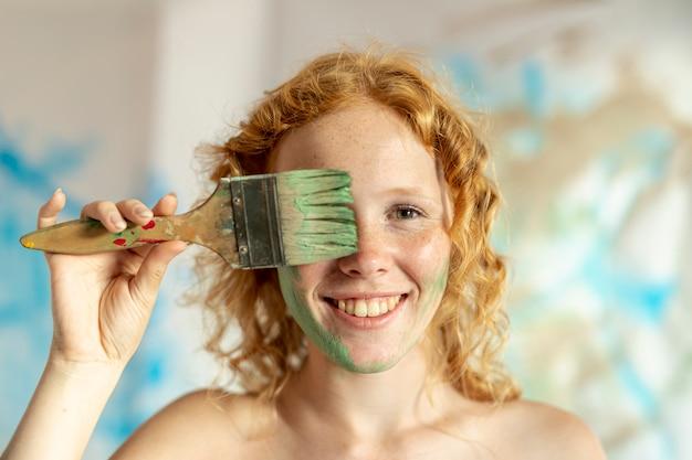 塗られた顔を持つクローズアップ女性