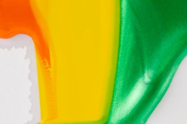 白い背景の上の黄色と緑の塗料