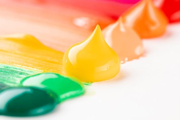 Крупный план разноцветных красок на белом столе