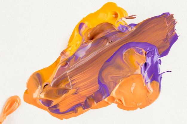 紫、黄色、オレンジ色の塗料を混ぜた