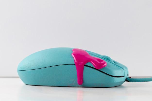 ピンクのペンキを滴下したマウス