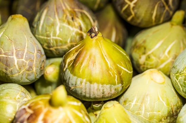Продажа свежих урожая овощей на рынке