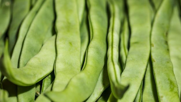 Свежие зеленые бобы на рынке для продажи