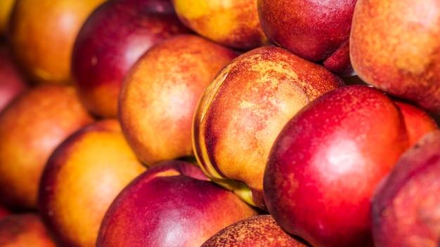 市場で入手可能な新鮮な天然果物