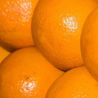 市場での販売のための健康的でジューシーなオレンジ