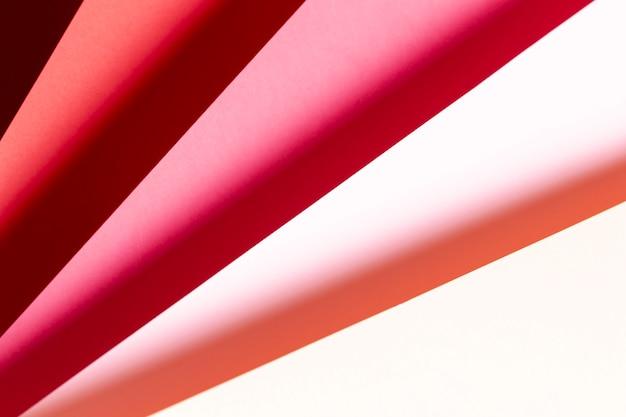 Вид сверху оттенков красной бумаги крупным планом