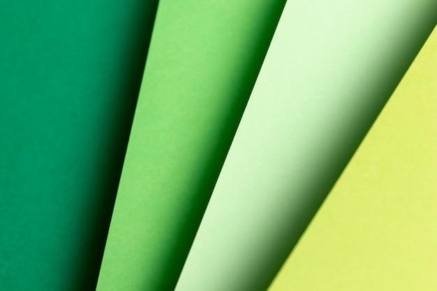 平らな緑の紙のさまざまな色合いを置く