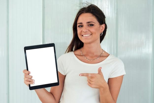 Крупным планом смайлик девушка показывает планшет