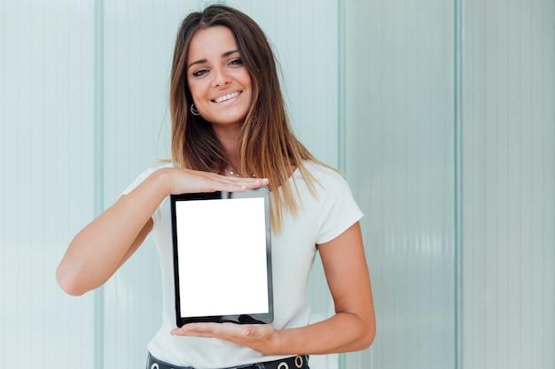 Смайлик молодая девушка держит планшет